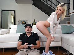 Petite blonde Kiara Cole gives a blowjob involving her boyfriend carrying-on video jollity