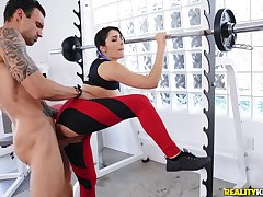 Horny dude gets laid with a sporty bitch right down at eradicate affect gym