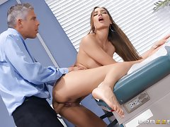 Doctor does unselfish things to Desiree Dulce's dazzling pussy