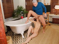 RIM4K. Guy joins lovable GF in bathroom in time for mating full