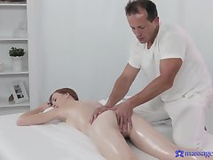 Deep pussy action on the palpate table up an older masseur