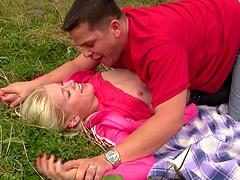 Blonde teen babe gets a cumshot after an outdoor fuck